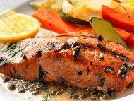 Печено филе от риба сьомга на скара или оребрен грил тиган със сос от каперси, готварска сметана и бяло вино